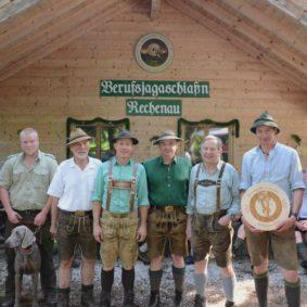 Gleich hinter dem Gewinner Josef Hoheneder (3. v. r.) erzielten die Auszubildenden Christof Bäuerle (l.) und Anton Budke (2. v. l.) die Plätze zwei und drei. Alexander Müller (2. v. r.) holte sich die Ehrenscheibe nach Hause. Bei der Ehrung gratulierten der Erste Vorsitzende des BBB, RJM Max Keler (4. v. r.), Organisator ROJ Anderl Hechenberger (4. v. l.) sowie die Ehrengäste, Landesjagdberater Gerhard Zwirglmaier (3. v. l.), und Pepi Stock, Obmann der Tiroler Berufsjägervereinigung (r.)